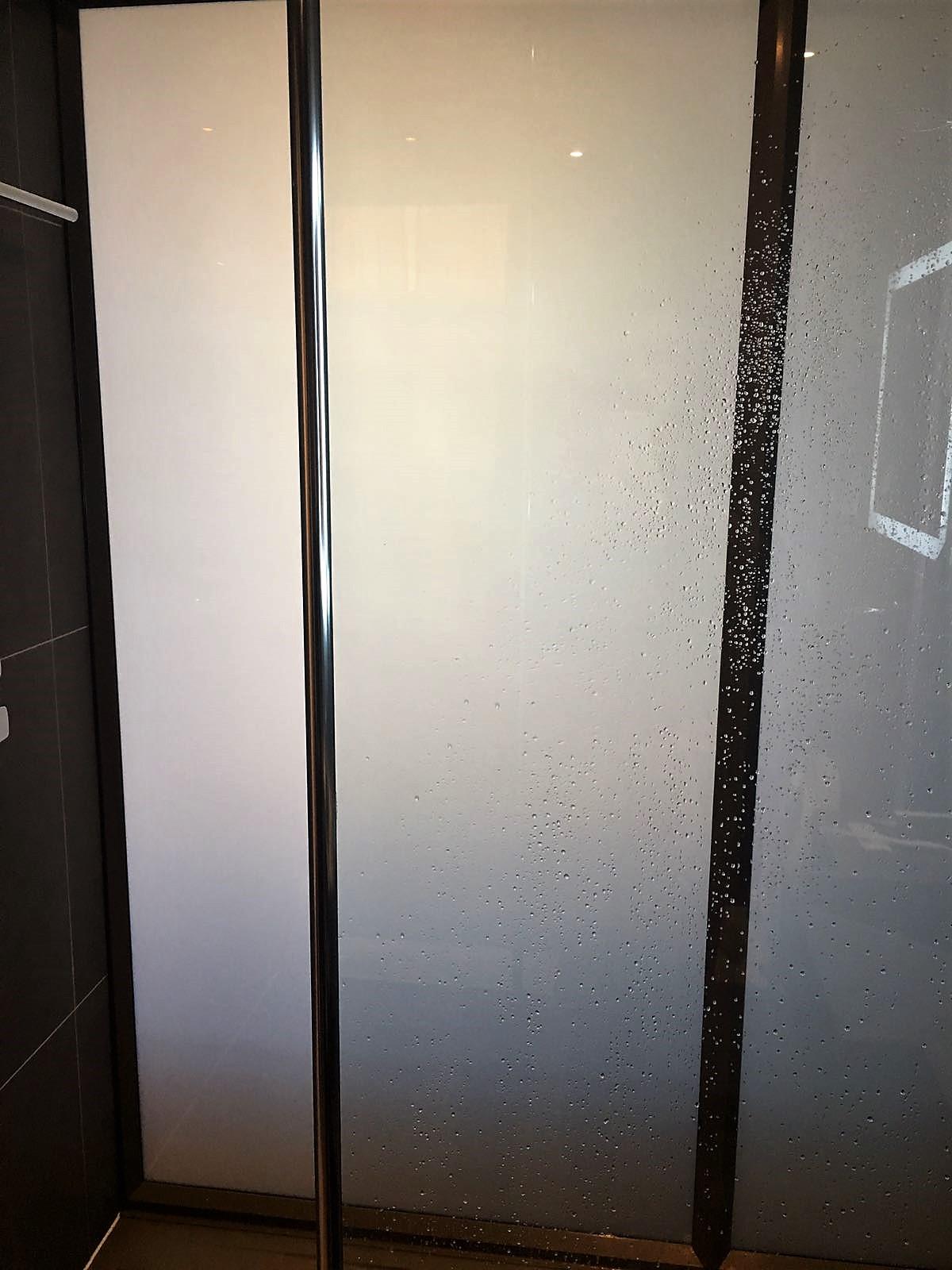 Novotel Heathrow Terminal 1,2,3 review shower door frosted